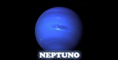 El planeta Neptuno es azul.