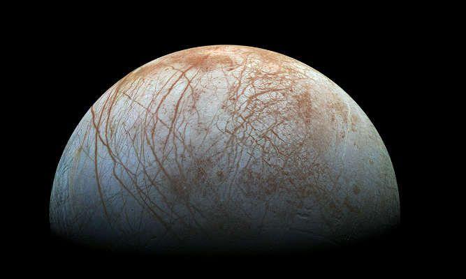 La Luna de Júpiter con tonos rojizos y un mar helado.