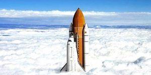 Cohete espacial que traviesa la nubes hacía el sistema solar actualizado 2020