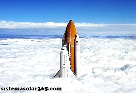 Cohete espacial que traviesa la nubes