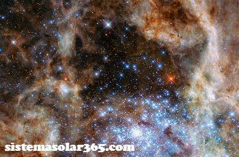 El polvo interestelar viaja de un lado a otro y puede verse con la estela que deja