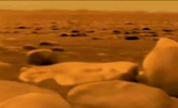 el interior del satélite de Saturno es de rocas redondas y grandes llanuras